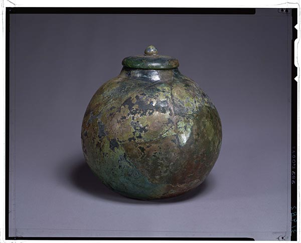 16 Outer bronze container (above) and inner glass container (below), nested funerary urn. Excavated from the tomb for Fumi no Nemaro, Haibara-chō, Nara Prefecture. Asuka period, 707. Bronze and glass; height of outer container: 26.2 cm. Tokyo National Museum. Image: TNM Image Archive