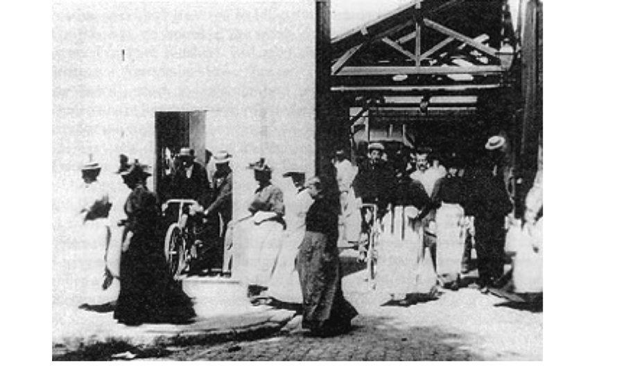Figure 1.: Workers leave the factory in the Lumières' film.