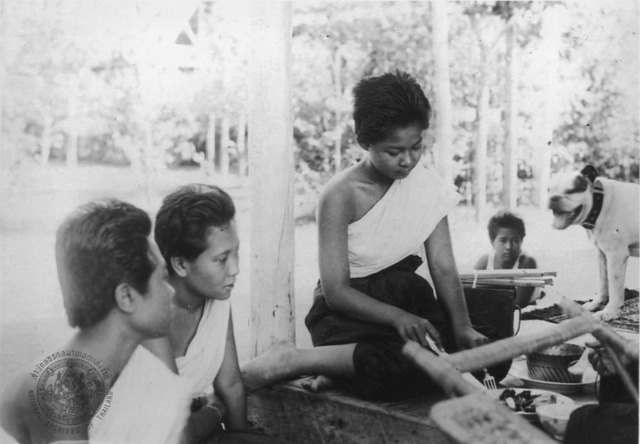 Figure 6. Ohn Bunnag (second from L) with daughter Adisai Suriyapha (center) at Ruen Ton residence, Dusit palace. (N.d).