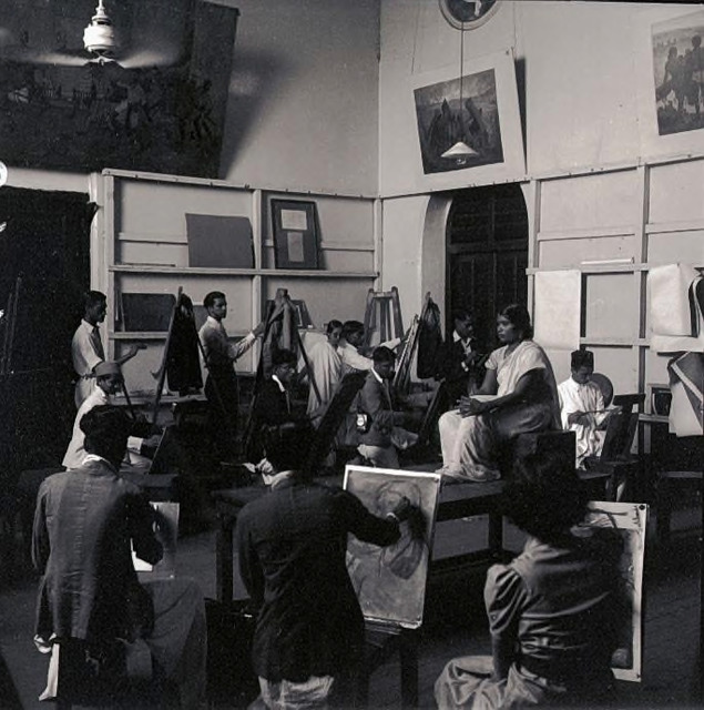 Fig. 7: A sketching session at the JJ School of Arts, Bombay, late 1930s. Courtesy the Homai Vyarawalla Archive / Alkazi Collection of Photography