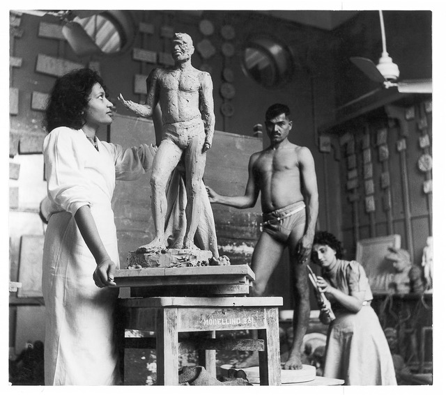 Fig. 8: Rehana Mogul and Mani Turner in sculpture class at the J.J. School of the Arts,  Bombay, late 1930s. Courtesy the Homai Vyarawalla Archive / Alkazi Collection of Photography