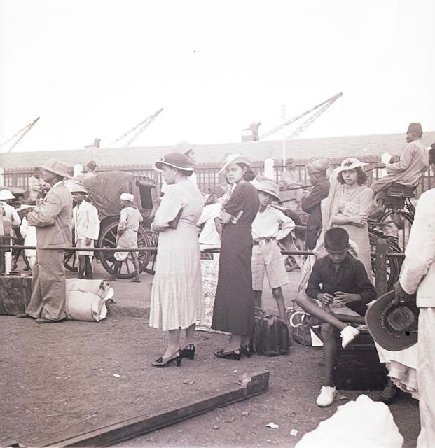 Fig. 10: Travelers at the dockyard, Ballard Pier, Bombay, early 1940s. Courtesy the Homai Vyarawalla Archive / Alkazi Collection of Photography