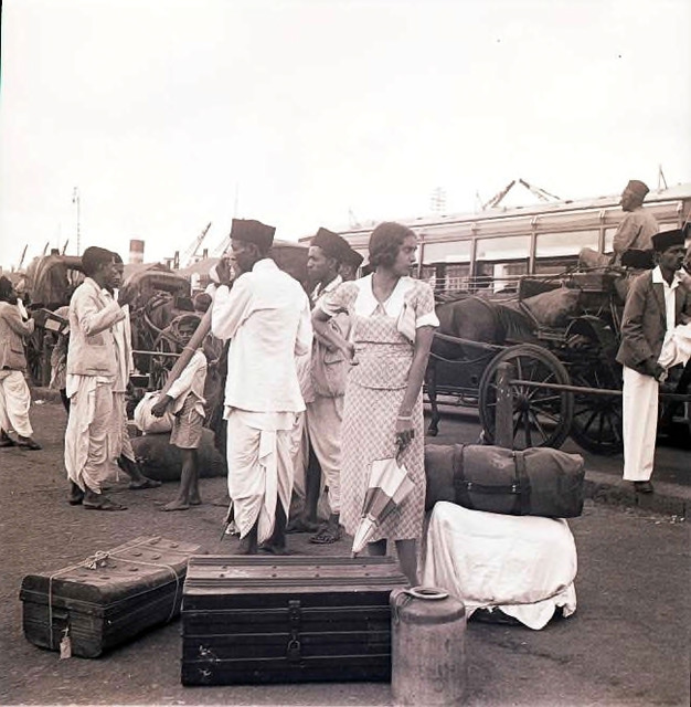 Fig. 11: A traveler at the dockyard, Ballard Pier, Bombay, early 1940s. Courtesy the Homai Vyarawalla Archive / Alkazi Collection of Photography
