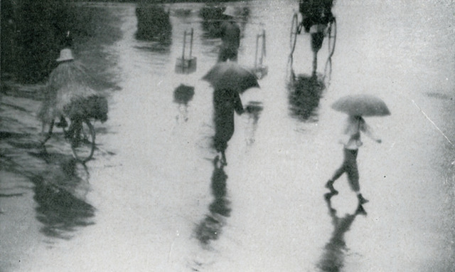 Fig. 2: Chen Rentao 陳仁濤 (active 1930s), Rain [Shanghai] 雨, 1933. Gelatin silver print. From Zhonghua sheying zazhi (The Chinese Journal of Photography), no. 7 (July 1933).