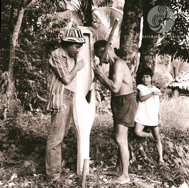 Figure 7: Pa' Tanyit, tua kampung [headman] of Long Makabar, right, working on a sape together with Peter Kedit, later director of the Sarawak Museum. Photograph from the archive of the Sarawak Museum.