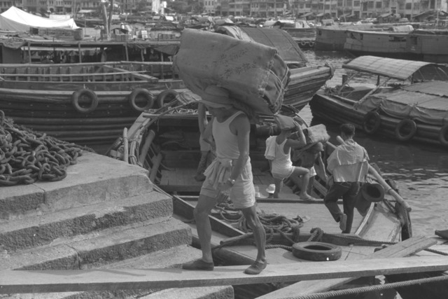 Fig. 4. Chinese labourers along the Singapore River, 1960. (K. F. Wong Collection, courtesy of National Archives of Singapore)