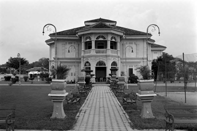 Fig. 11. Mandalay Villa, which was once home to the 'Diamond  Queen,' Mrs Lee Choon Guan; photograph by Lee Kip Lin, early 1980s. The house has been demolished. (All rights reserved, Lee Kip Lin and National Library Board, Singapore 2009)