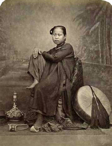 Fig. 6. Émile Gsell, Portrait of a North Vietnamese Woman. Note the wide-tasseled hat, common across Vietnam at the time.