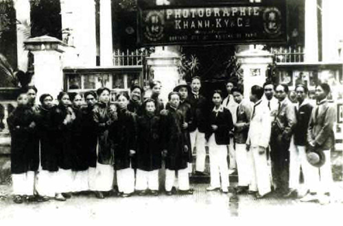 Fig. 17. Khánh Ký (in front of the gate, in a black European-style jacket), with photographic workers from Lai Xá Village.