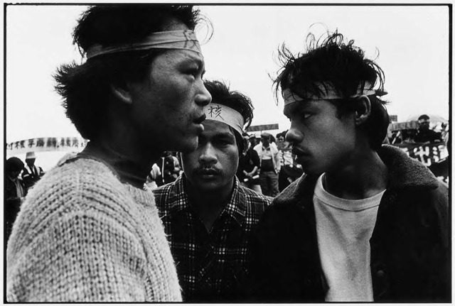 Guan Xiao-rong, Three young Yami leaders of the demonstration discuss following strategies on location, © Guan Xiao-rong, courtesy the artist.