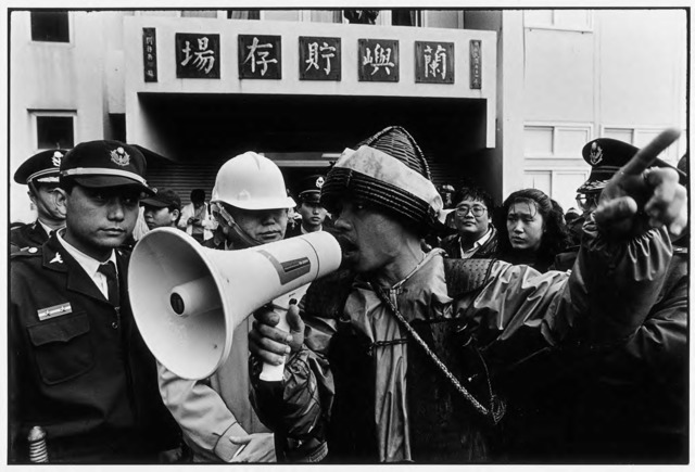 Guan Xiao-rong, Chen Jian-Ping, one of the Yami demonstration leaders, argues with police in front of the main office building of the site of nuclear waste storage, © Guan Xiao-rong, courtesy the artist.