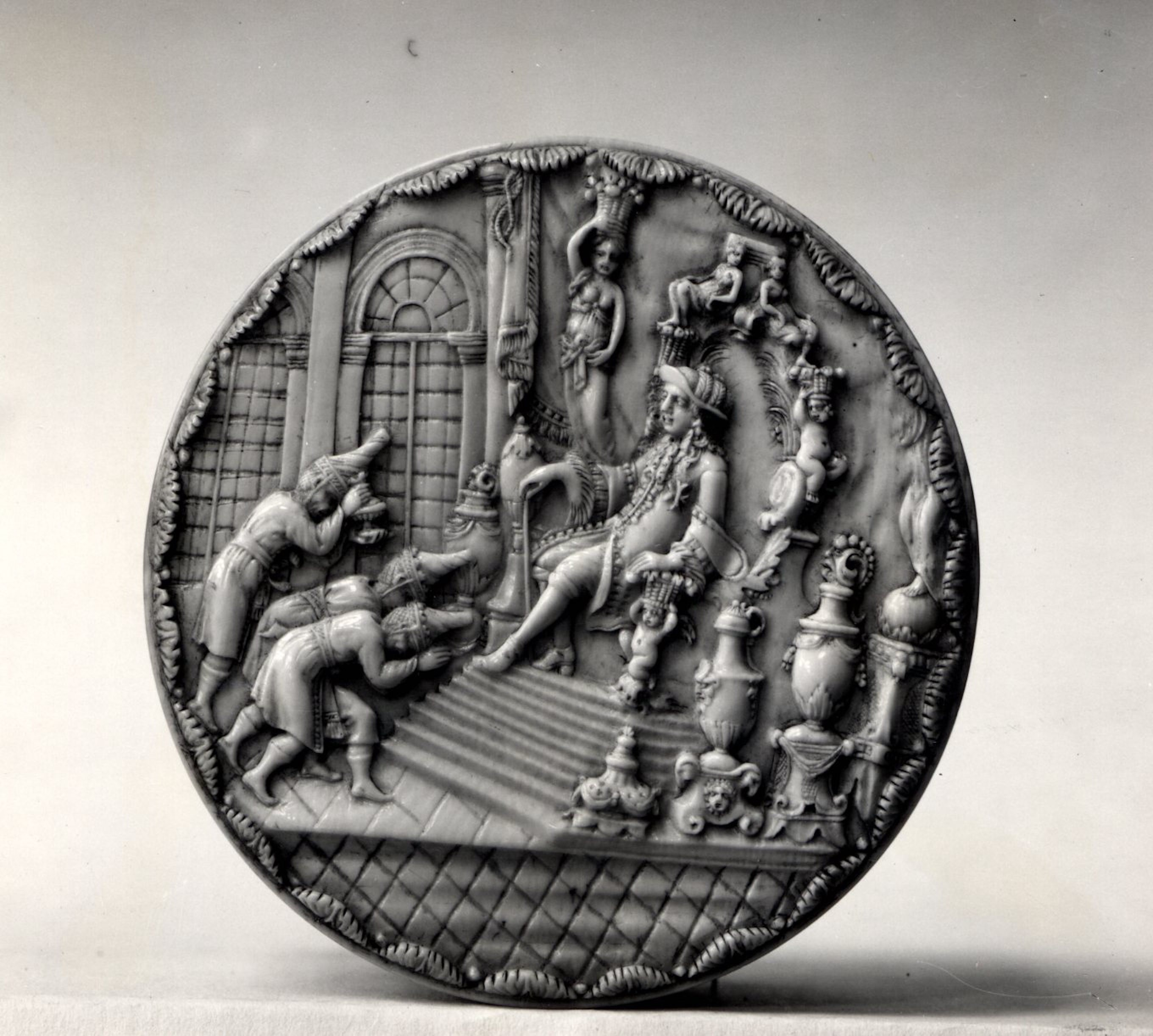 Fig. 4 : Ivory box with Louis XIV receiving Siamese Ambassadors (top view), after 1686. Ivory, 8.2 cm in diameter. London: British Museum, 1941,1209.1. Photo (CC BY-NC-SA) © Trustees of the British Museum.